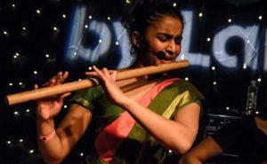 Mira Thiruchelvam spilte med sitt band 9 grader nord under byLarm