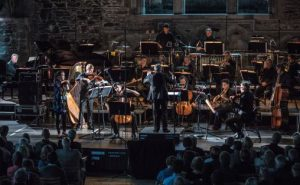 London Sinfonietta med Crescendo-solister Guro Kleven Hagen (fiolin) Eivind Holtsmark Ringstad (bratsj) og Kian Soltani (cello). På bildet urfremføres Sea Change av Eivind Buene, i Håkonshallen 2. juni. Foto: Magnus Skrede