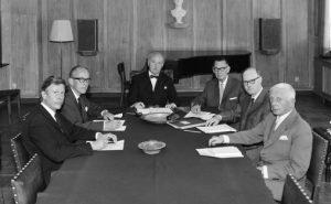 Seks menn rundt et bord i Norsk komponistforening, 1967