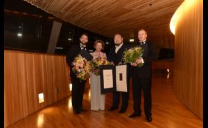 H.M Dronning Sonja med prisvinnerne. Foto: Marius Nyheim Kristoffersen