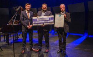 Fra venstre: Bjarne Dæhli i Norsk musikkråd, ordfører Leidulf Gloppestad og kultursjef Jan Kjetil Øygard i Gloppen kommune. Foto: Geir Skagen