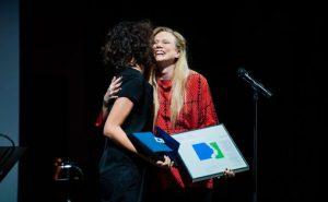 Susanna mottar EDVARD-prisen Foto:  Jonathan Vivaas Kise