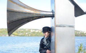 """Hilde Aagaard med lydinnstallasjonen """"Lyden av tåke"""""""