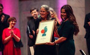 Grete Pedersen fikk formidlerprisen av TONO-styreleder Ingrid Kindem Foto:  Bård Gundersen