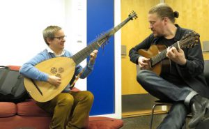 Petter Richter (til v) og Otto Tolonoen lover variert gitarsamarbeid i NMHs nye gitargruppe