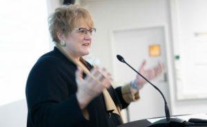 Kultur- og likestillingsminister Trine Skei Grande mottar utredningen om digitaliseringens innvirkning på norsk musikkbransje