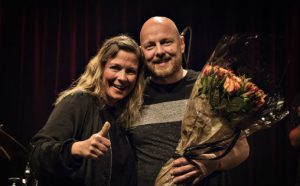 Buddyprisen 2018 til Ingebrigt Håker Flaten, her med Trude Storheim fra styret i Norsk jazzforum
