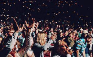 Lenge har det vært ulovlig å videreselge konsertbilletter til overpris i Norge. Nå følger EU etter