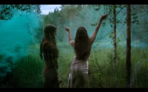 """Stillbilde fra videoen til """"Flower"""" av Synne Sanden"""
