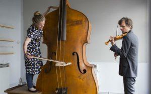 Guro Skumsnes Moe med oktobassen, Ole-Henrik Moe med picolettofiolinen - verdens største og verdens minste strengeinstrument