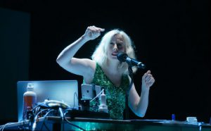 Jennifer Walshe i Time Time Time under Ultimafestivalen 2019