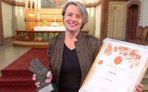Cecilie Ore mottok lørdag formiddag EDVARD-prisen for verket «Waterworks». Ore mottok prisen foran en fullsatt Sagene kirke etter urfremføringen av sitt nye verk, «Speak Louder»