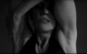 """Skjermbilde fra Josefin Winthers video """"Uendelig lys. Uendelig mørke"""""""