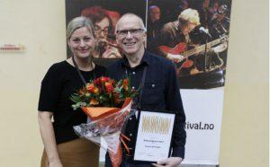 Hilde Høgseth fra styret i Norsk jazzforum overrakte lørdag 12. oktober Storbandprisen 2019 til bandleder, arrangør og trombonist Gunnar Gustavsen i Hammerfest Storband