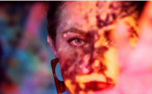 """Stillbilde fra Anna Kajanders video """"Spørsmålstegn"""""""