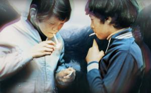 """Stillbilde fra musikkvideoen til Anorakks """"Showing Off"""", som viser scener fra et minne eller en drøm, med innslag av gjenstander og stemningsbilder fra 1980-tallet"""