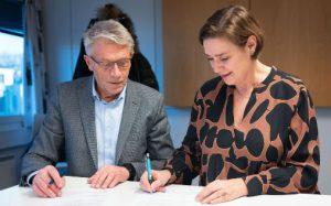 Styreleder Milian Myraunet og påtroppende direktør i TSO, Anne Kathrine Slungård, signerer kontrakten