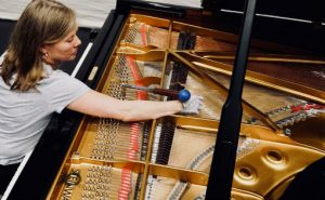 Pianostemmeren Tone Røimåle i arbeid