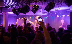 Bildet er fra en konsert på studentstedet Ludo i Harstad, her med  rapperen RSP og Kompani 69 på scenen
