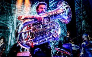 Musiker og produsent Kristoffer Lo med sitt hovedinstrument på scenen